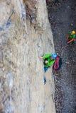 Альпинист девушки на утесе Стоковое фото RF