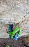 Альпинист девушки на утесе Стоковое Изображение