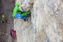 Альпинист девушки на утесе Стоковые Фото