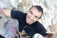альпинист достигая верхнюю стену Стоковое Изображение RF