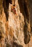 альпинист женский railay достигая Таиланд Стоковые Фото