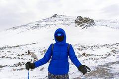 Альпинист или лыжник в windproof маске и стекла девушки в горах зимы Стоковая Фотография RF