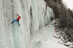 Альпинист льда на замороженном водопаде Стоковые Изображения RF