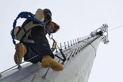 Альпинист отдыхая в середине подъема Стоковое Фото