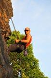 альпинист отталкивая утесом Стоковые Фотографии RF