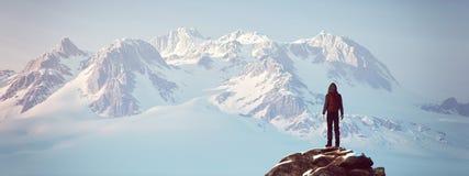 Альпинист поверх горы стоковые фотографии rf