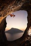 Альпинист утеса на заходе солнца Стоковое Изображение RF