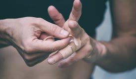 Альпинист утеса создает программу-оболочку пальцы с лентой стоковые изображения