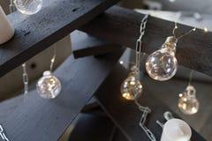 Альтернативная деревянная рождественская елка Handmade рождественская елка и электрическая лампочка на поле в комнате Стоковое Изображение