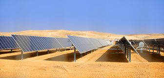 Альтернативная энергия, солнечные батареи в пустыне стоковые изображения