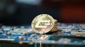 Альтернативное дело минирования cryptocurrency Стог золотых монеток dashcoin сток-видео