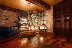 Альтернативное дерево вверх ногами на потолке дом падуба декора ягод выходит mistletoe снежная зима белизны вала Рождество в инте Стоковое Изображение