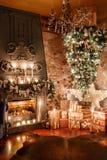 Альтернативное дерево вверх ногами на потолке дом падуба декора ягод выходит mistletoe снежная зима белизны вала Рождество в инте Стоковое фото RF