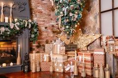Альтернативное дерево вверх ногами на потолке дом падуба декора ягод выходит mistletoe снежная зима белизны вала Рождество в инте Стоковые Изображения