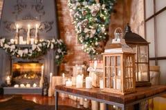 Альтернативное дерево вверх ногами на потолке дом падуба декора ягод выходит mistletoe снежная зима белизны вала Современный инте Стоковая Фотография