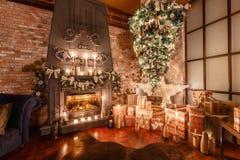 Альтернативное дерево вверх ногами на потолке дом падуба декора ягод выходит mistletoe снежная зима белизны вала Современный инте Стоковое Изображение RF