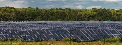 альтернативный цифровой ветер турбин источников иллюстрации травы поля энергии Станции солнечной энергии Стоковое фото RF