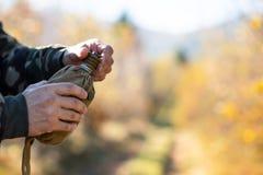 Алюминиевый буфет в руках охотника, в середине леса стоковое фото