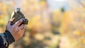 Алюминиевый буфет в руках туриста, outdoors стоковая фотография