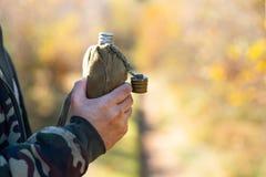 Алюминиевый буфет в руках hiker, outdoors стоковая фотография rf