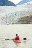 Аляска - Kayaking ледниковое озеро Mendenhall Стоковое Фото