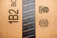 Амазонка воспламеняет логотип напечатанный на безопасности шотландском t картонной коробки Стоковые Изображения
