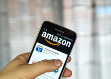 Амазонка app на сотовом телефоне Стоковые Фотографии RF
