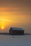 2 амбара в восходе солнца зимы Стоковое Изображение