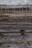 Амбар бревенчатой хижины Snowy старый с предпосылкой сосулек Стоковая Фотография