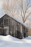 Амбар бревенчатой хижины Snowy старый с сосульками Стоковое Изображение