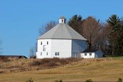 Амбар восьмиугольника и дом молока Стоковая Фотография RF