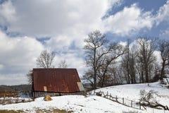 Амбар в зиме стоковая фотография rf