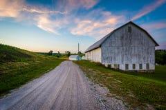 Амбар вдоль грязной улицы на заходе солнца, около 7 долин в сельском Yo Стоковое Изображение