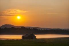 Амбар в поле на заходе солнца Стоковое Фото