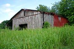 Амбар в травянистом поле Стоковое Фото