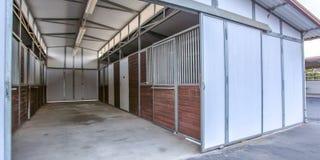 Амбар дома со стойлами и большой раздвижной дверью стоковое фото rf