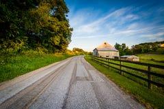 Амбар и загородка вдоль грязной улицы, около Jefferson в сельском Йорке c Стоковые Изображения