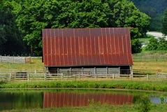 Амбар и пруд Ozark в северном Арканзасе Стоковое Изображение RF