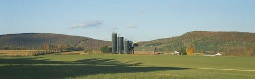 Амбар и силосохранилища, Dutchess County, Нью-Йорк Стоковое Изображение RF