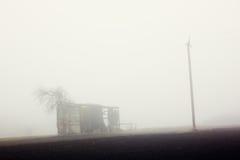 Амбар и штендер в тумане Стоковые Фото