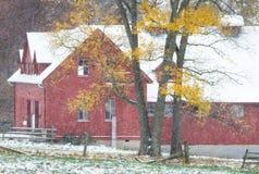 Амбар Огайо красный в зимнем времени стоковые фото