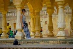 Амбер, Индия - 19-ое сентября 2017: Закройте вверх неопознанной женщины отдыхая от высоких temperatues внутри здания внутри Стоковая Фотография
