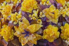 Амбер Цветки красивого камня на внешней витрине магазина Золото и янтарь коричневого цвета в форме букета цветков Стоковое Изображение RF