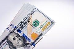 Американец 100 банкнот доллара помещенных на белой предпосылке Стоковая Фотография