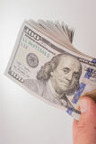 Американец 100 банкнот доллара помещенных на белой предпосылке Стоковое Фото