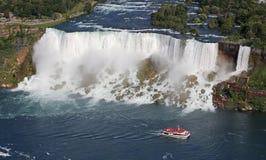 Американец Ниагарский Водопад и шлюпка круиза Стоковое Фото