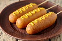 Американская высококалорийная вредная пища улицы собаки мозоли глубоко зажарила закуску сосиски мяса горячей сосиски с мустардом Стоковое Изображение