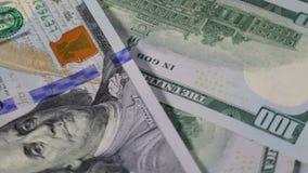 Американская долларовая банкнота закручивая на таблицу акции видеоматериалы