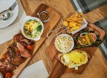 Американская еда, сандвичи с фраями, coleslaw, зажарила в духовке утку стоковое изображение rf
