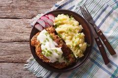 Американская еда: Страна зажарила стейк и белую подливку горизонтальные к Стоковое Фото